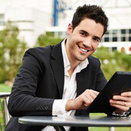jeune commercial et sa tablette numérique